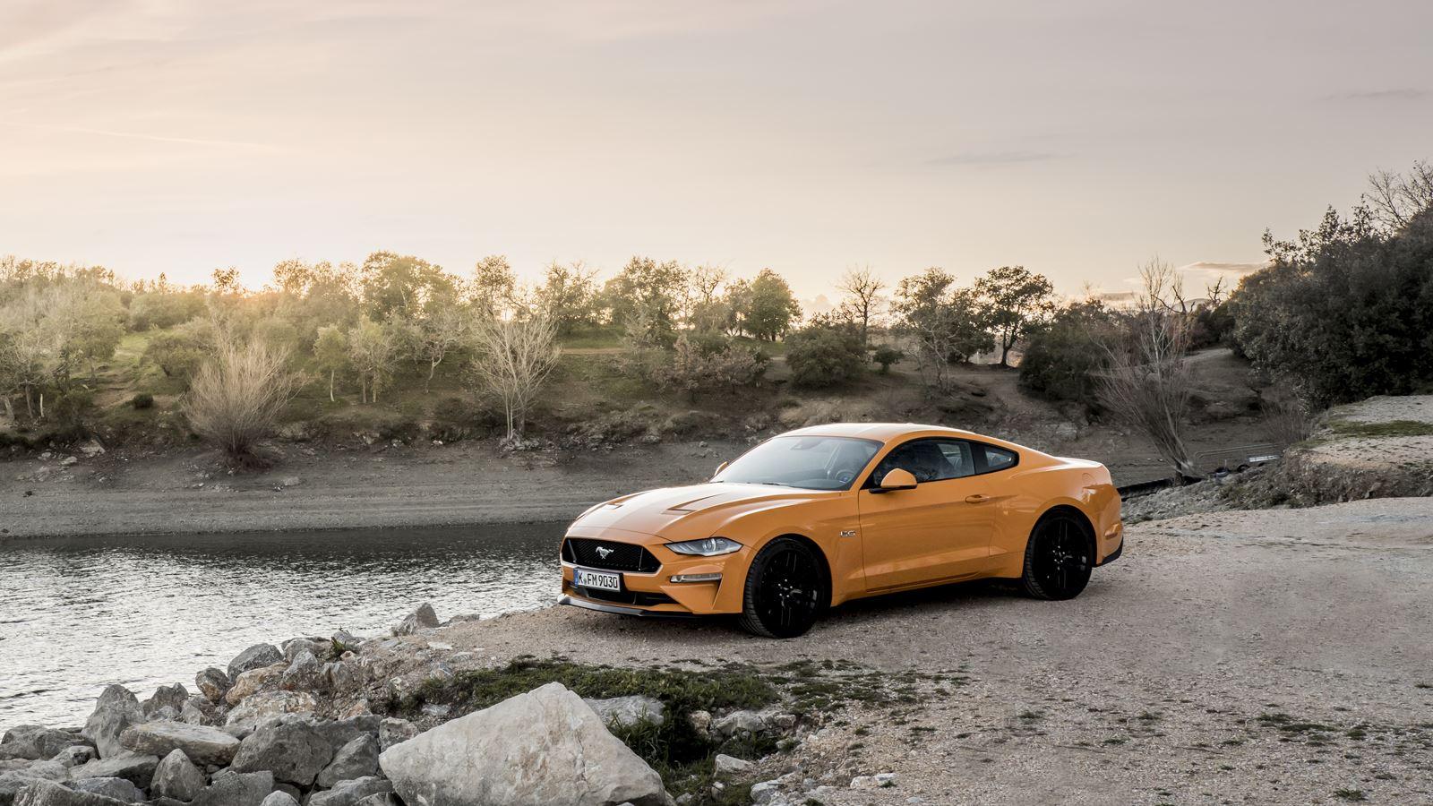 Ford Mustang aan het water