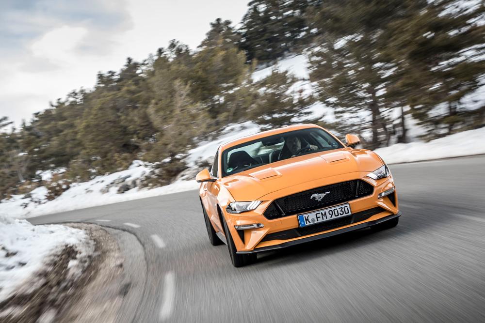 Ford-Mustang-door-de-bocht-rijden