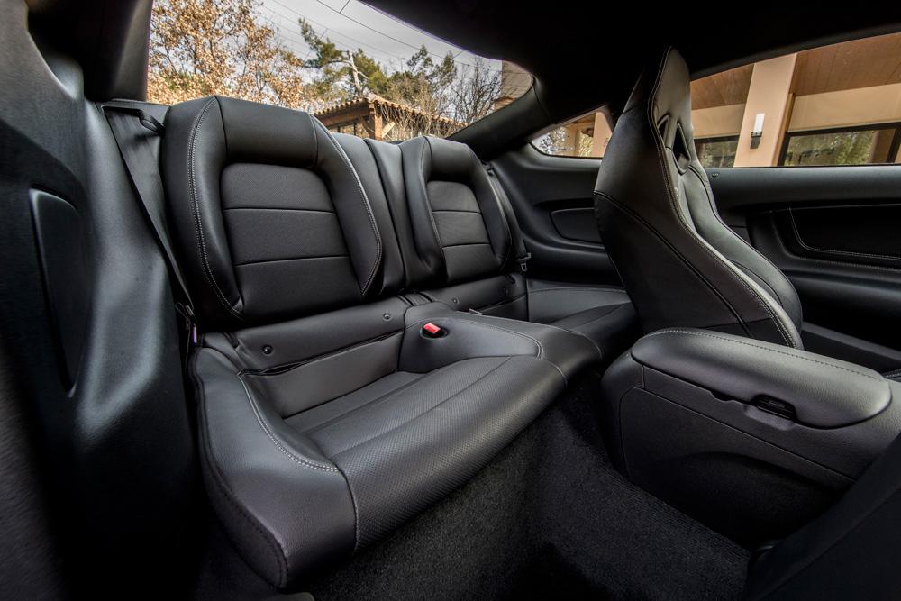 Ford-Mustang-en-de-achterbank